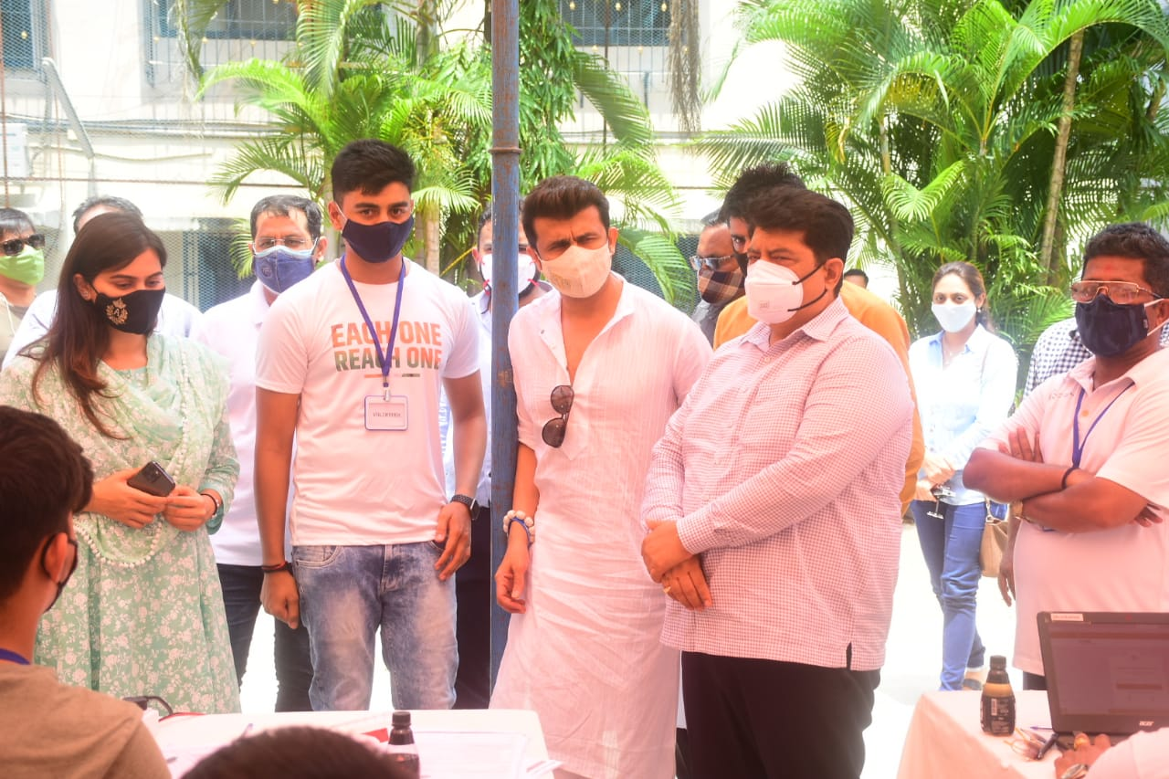 Singer Sonu Nigam, Ankita Harsvardhan Patil and others organise mass vaccination drive for citizens in Mumbai under the unwavering guidance of Manish Sidhwani.